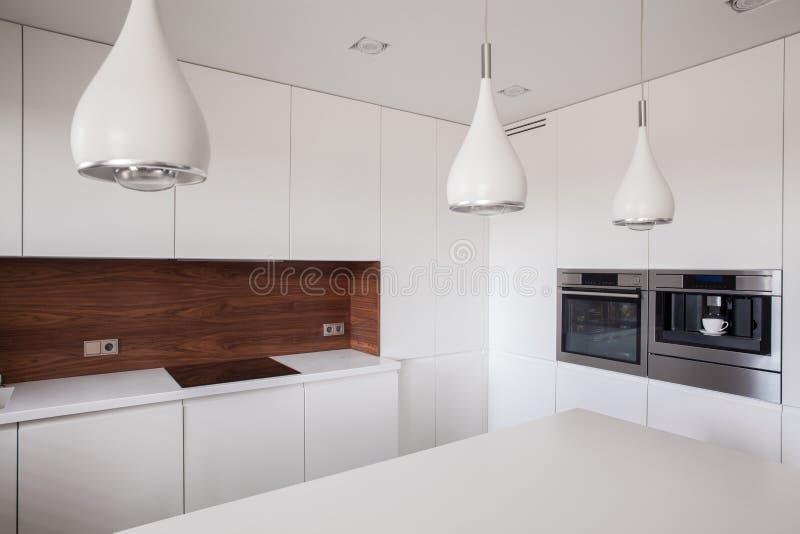 Декоративное освещение в современной кухне стоковые фото