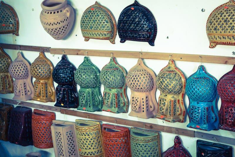 Декоративное освещение на типичном базаре в Тунисе, Африке стоковое фото rf