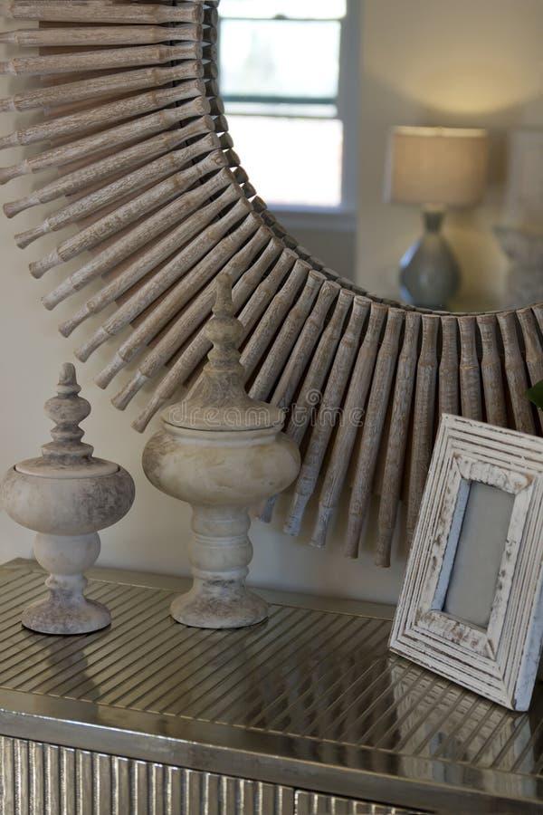 Декоративное оформление зеркала и таблицы стоковые фото