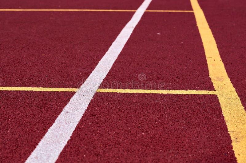 Декоративное прорезиновое Jogging покрытие на стадионе улицы в внешнем с белой линией Предпосылка спорта стоковые фотографии rf