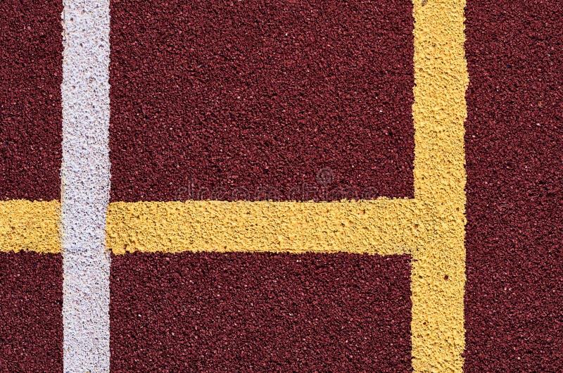 Декоративное прорезиновое Jogging покрытие на стадионе улицы в внешнем с белой линией Предпосылка спорта стоковые изображения rf
