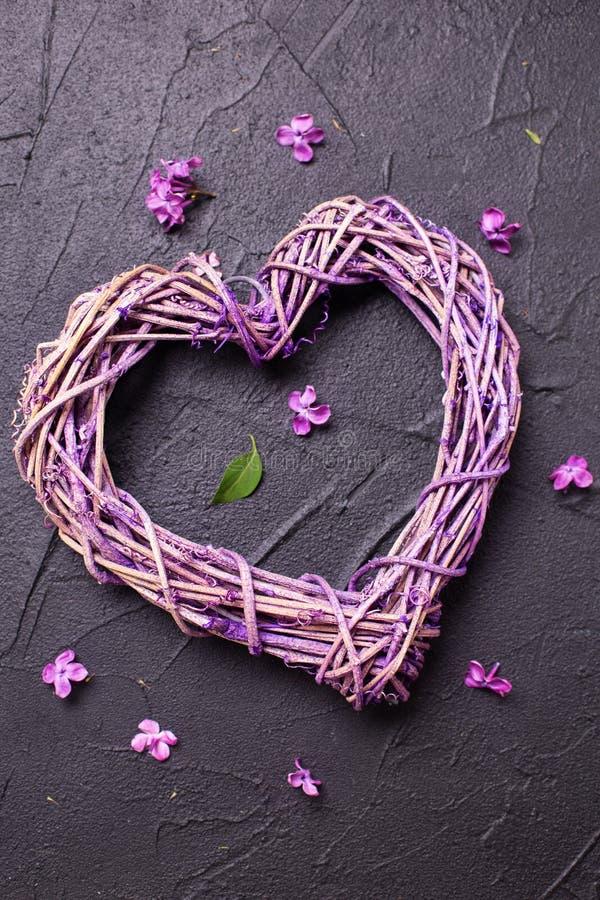 Декоративное сердце и маленькие цветки сирени стоковое изображение rf