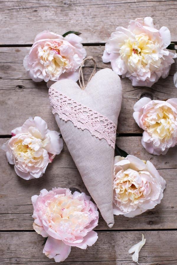 Декоративное сердце и розовые цветки пионов стоковые фотографии rf