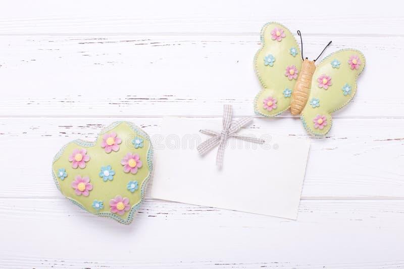 Декоративное butterfliy, сердце и пустая бирка на винтажном деревянном ба стоковое фото rf