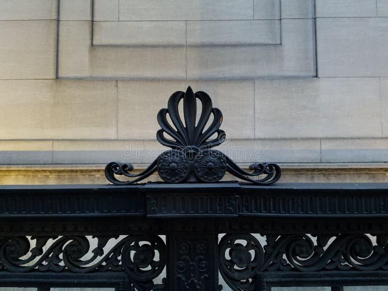 Декоративные архитектурноакустические перила утюга с причудливой деталью орнамента стоковая фотография