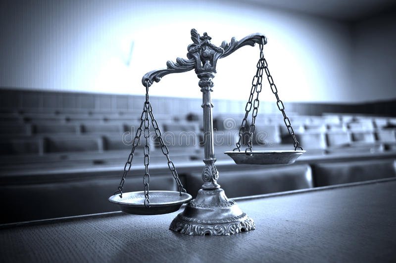 Декоративные весы правосудия в зале судебных заседаний стоковые фото