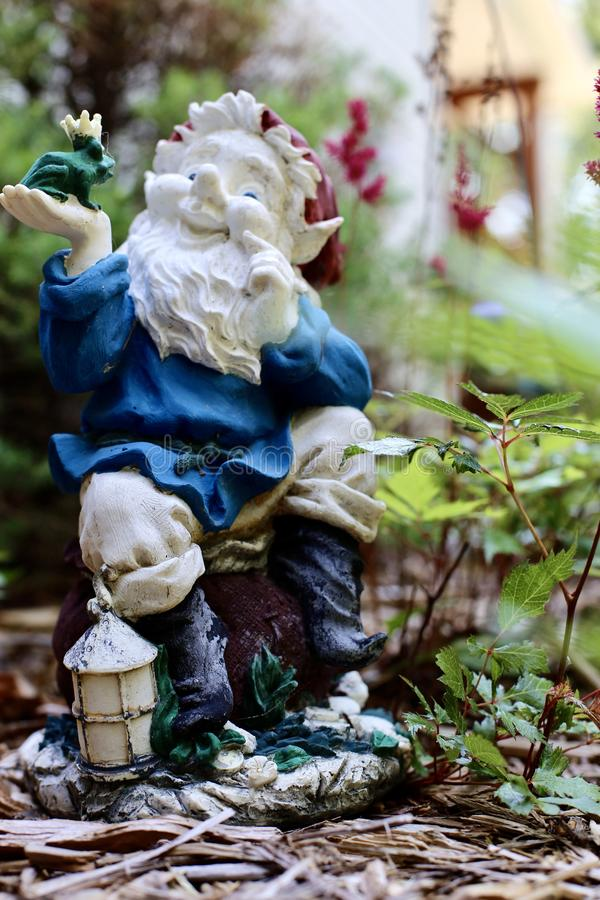 Декоративные керамические орнаменты сада между цветочным садом стоковая фотография rf