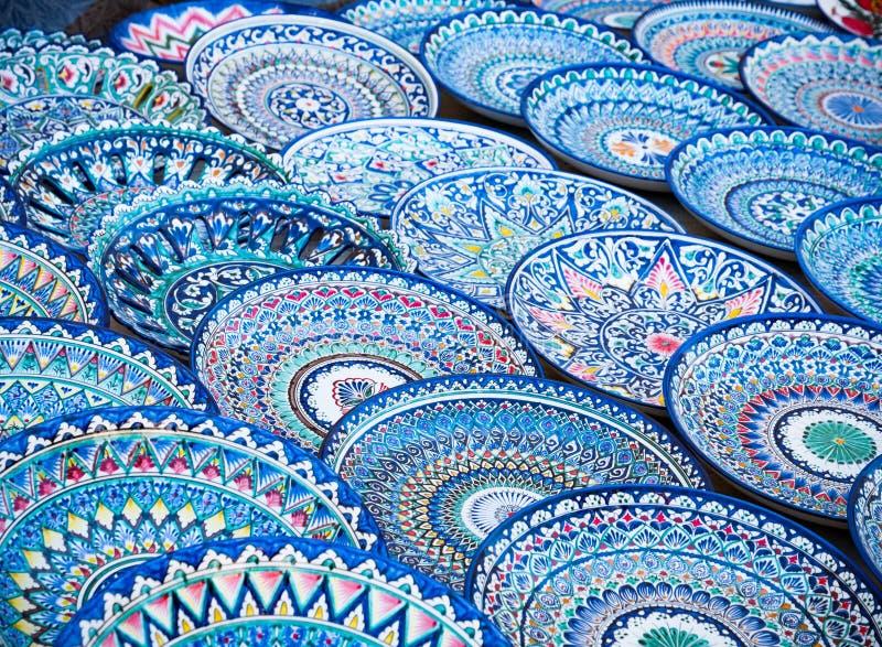 Декоративные керамические плиты с традиционным Узбекистаном орнаментируют o стоковые фото