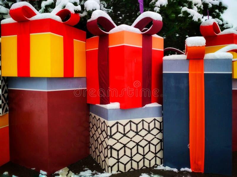 Декоративные коробки для подарков рождества установленных под дерево города стоковая фотография