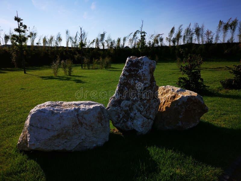 Декоративные минеральные утесы в саде стоковое изображение