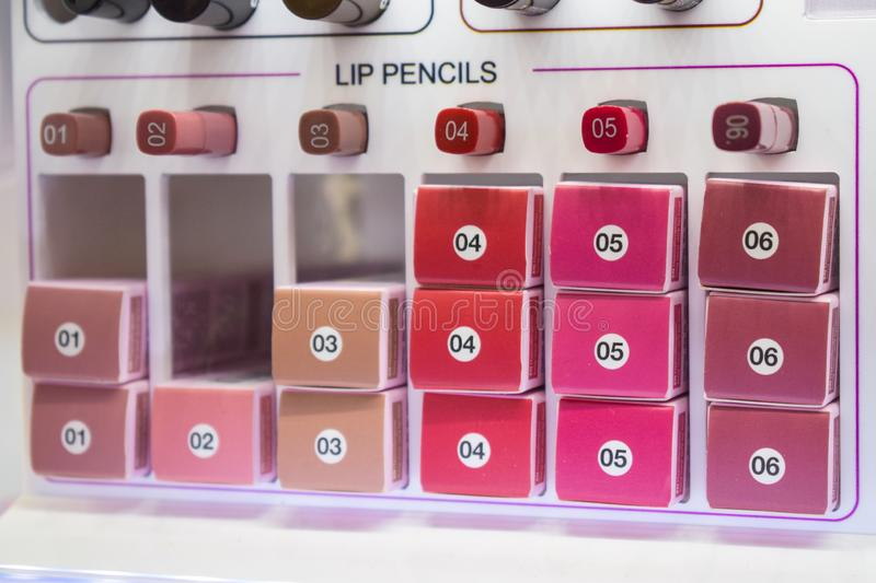 Декоративные образцы косметик, тестеры Различные карандаши губы в a стоковое изображение