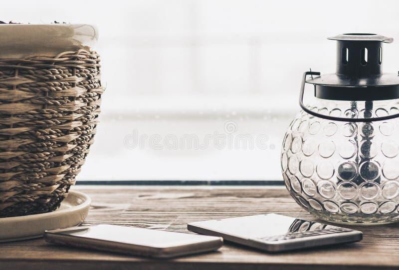 Декоративные портативная машинка и смартфоны лампы фонарика на windowsill стоковые изображения