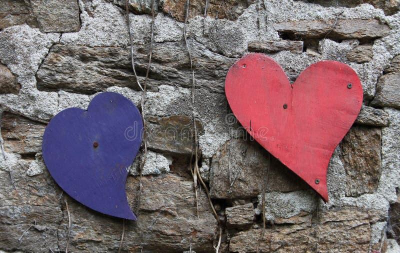 Декоративные сердца на стене стоковая фотография