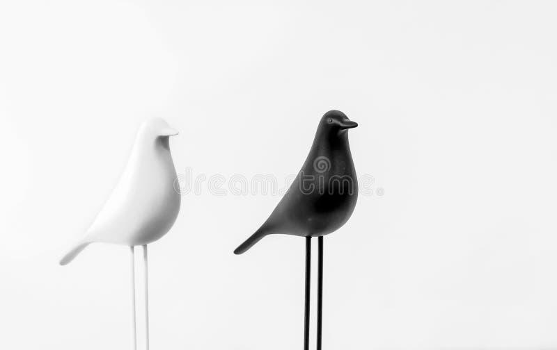 Декоративные статуэтки белых и черных птиц в интерьере дома стоковые изображения