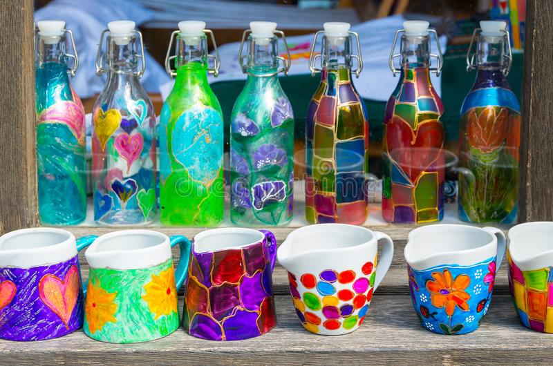 Декоративные стеклянные бутылки и стекла стоковые изображения