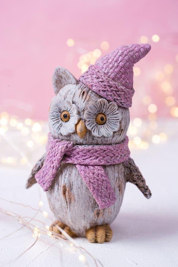 Декоративные сыч птицы игрушки и света феи на яркое розовое деревянном стоковое фото