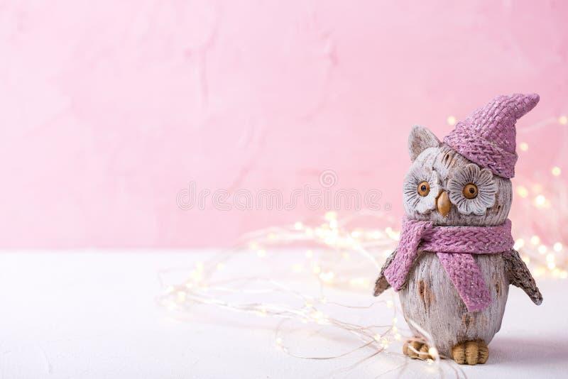 Декоративные сыч птицы игрушки и света феи на яркое розовое деревянном стоковая фотография rf