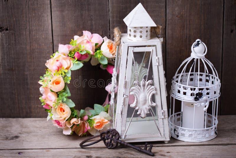 Декоративные фонарики венка цветка, ключевых и декоративных с candl стоковое изображение rf