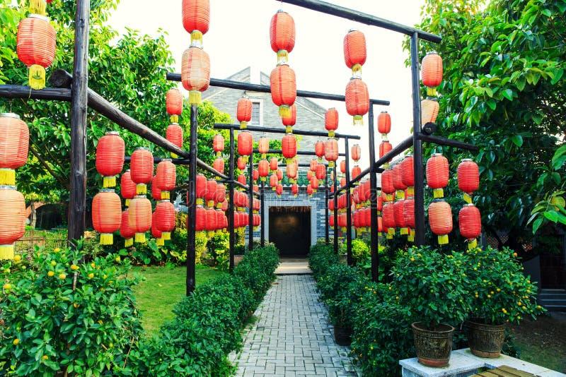Декоративные фонарики традиционного китайския, красные китайские бумажные фонарики, винтажный восточный азиатский фонарик стоковая фотография rf