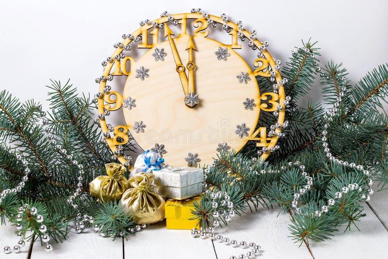 Декоративные часы показывая полночь в елевых ветвях стоковые изображения