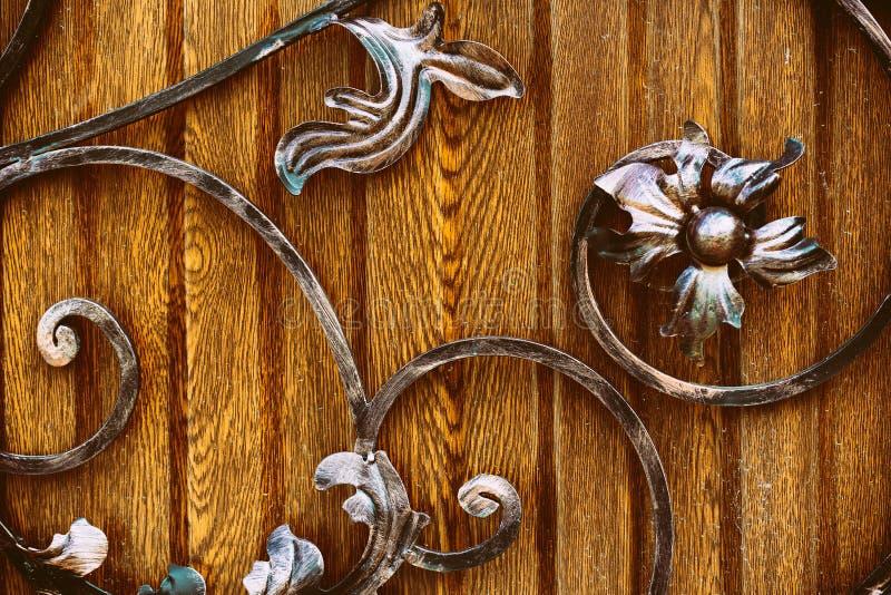 Декоративные элементы художественной вковки с имитацией цветка стоковые фото