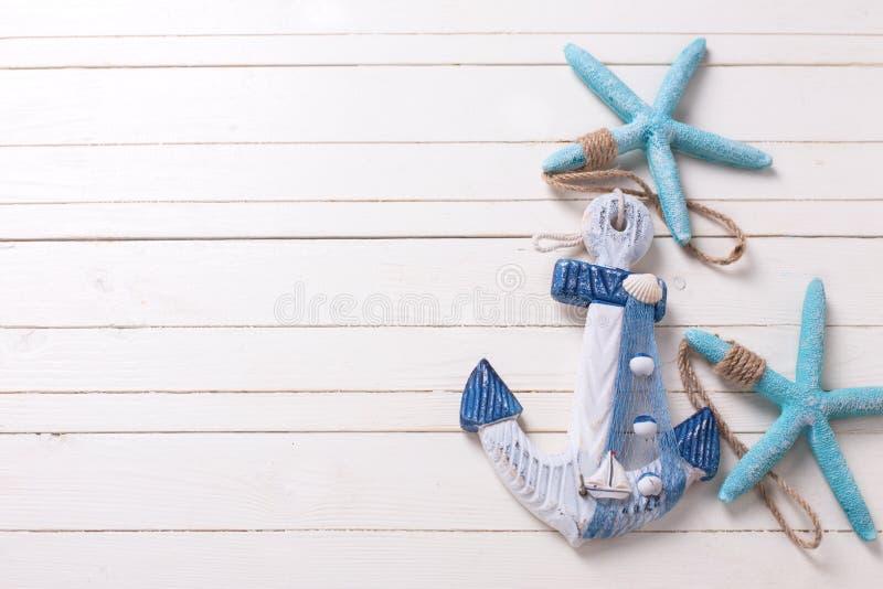 Декоративный анкер и морские детали на белой деревянной предпосылке стоковые фотографии rf