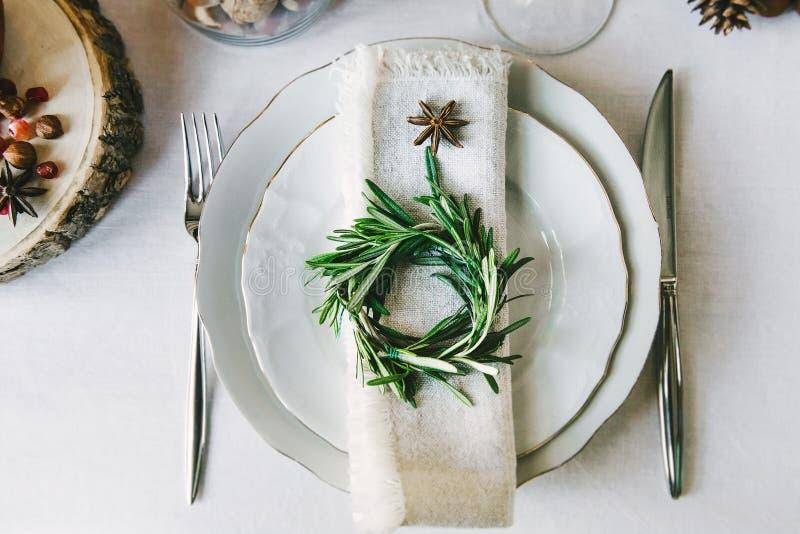 Декоративный венок на салфетке как часть таблицы стоковая фотография rf
