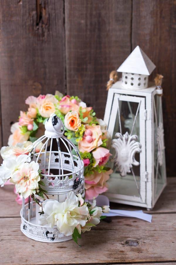 Декоративный венок цветка и декоративные фонарики на деревянной задней части стоковые изображения