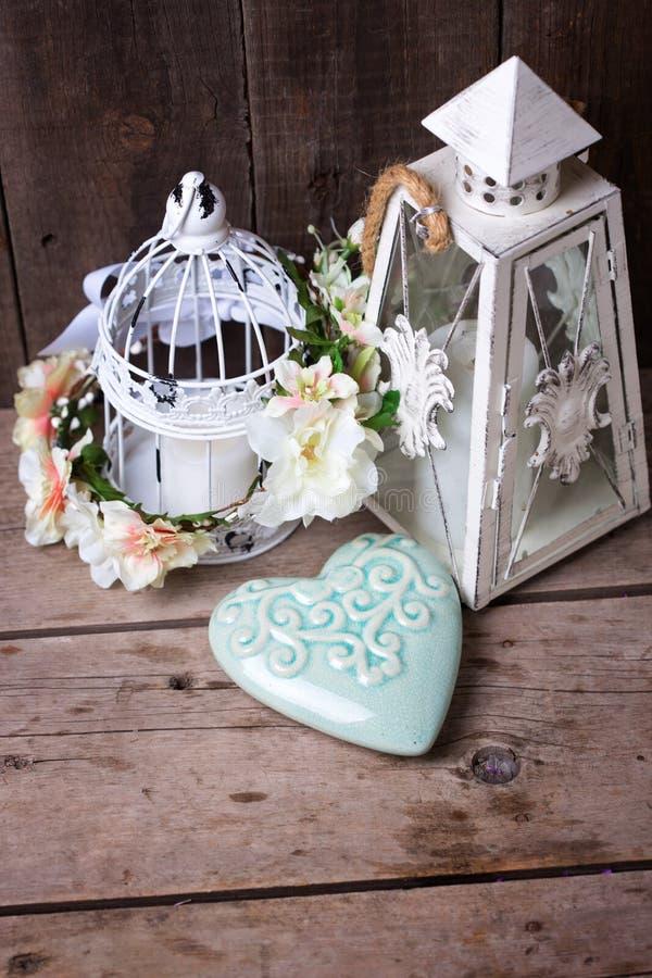 Декоративный венок цветка, сердце бирюзы и декоративный фонарик стоковое изображение rf