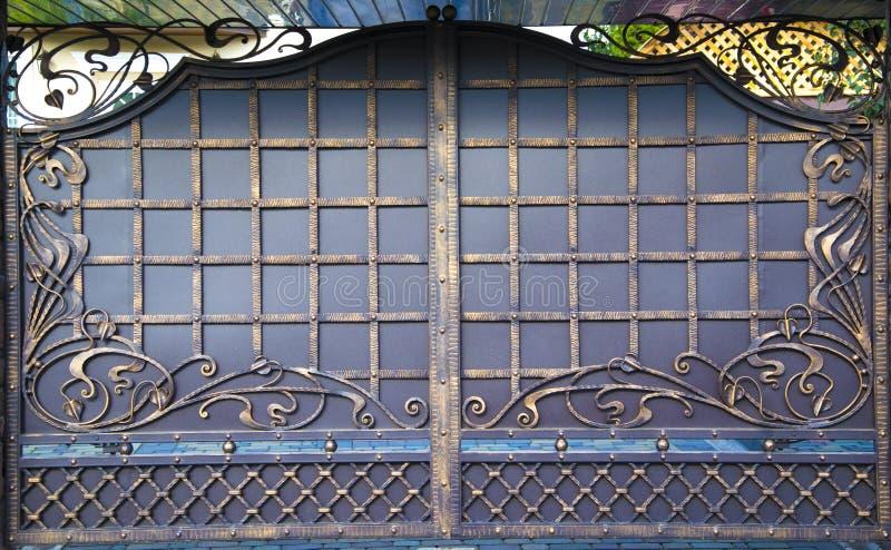 Декоративный, выкованный барьер, обнести старые шпильки стоковая фотография rf