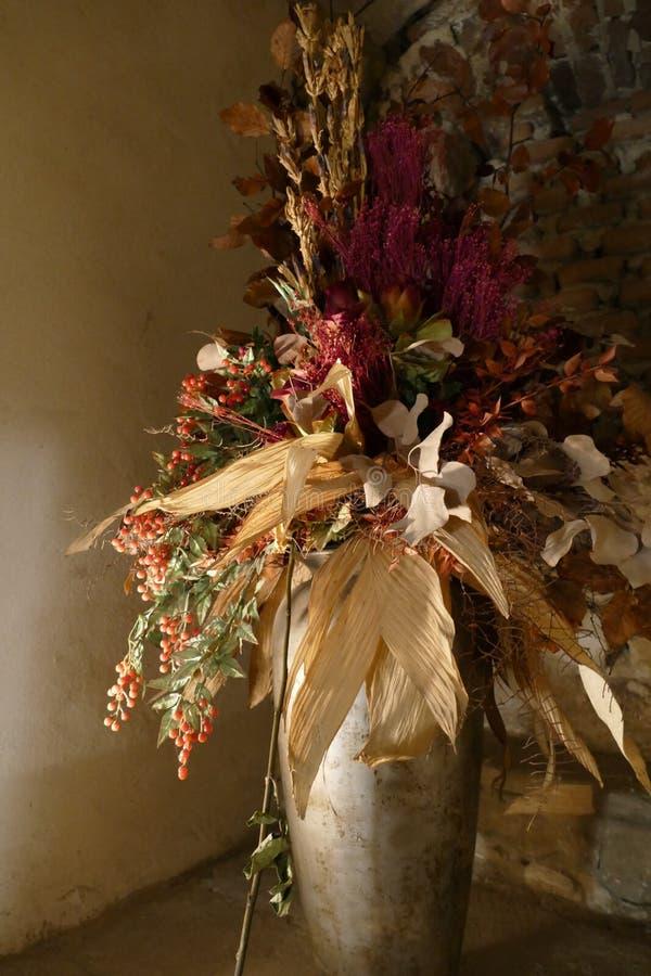 Декоративный высушенный цветочный горшок в здании стоковая фотография rf