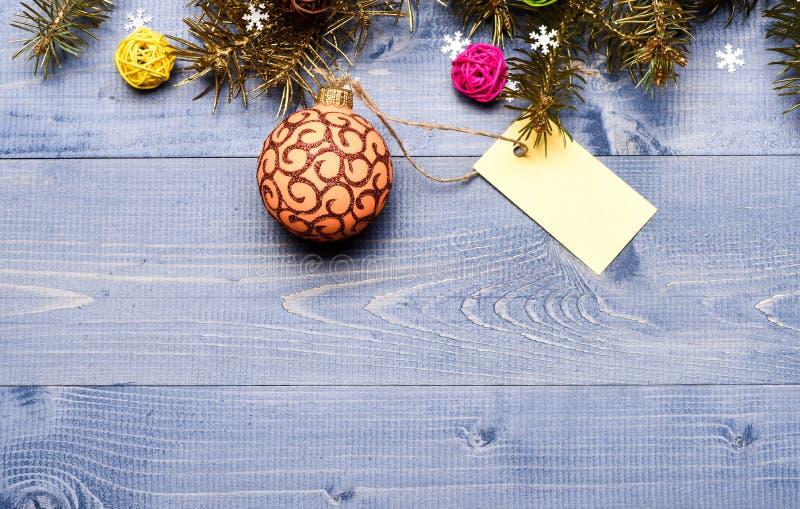 Декоративный космос экземпляра бирки игрушки и подарка шарика Концепция праздников зимы и рождества Получите готовый для рождеств стоковая фотография