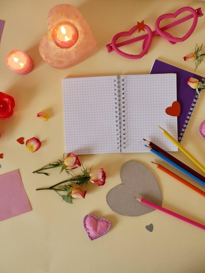 Декоративный состав для поздравлений с валентинками, свадьба, день рождения стоковые изображения rf
