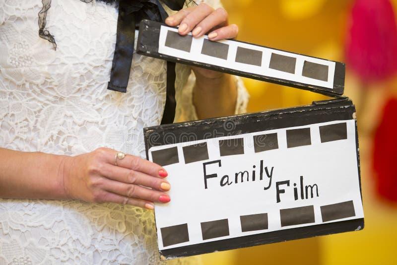 Декоративный фарс кинематографический в ретро стиле в руках женщины стоковая фотография