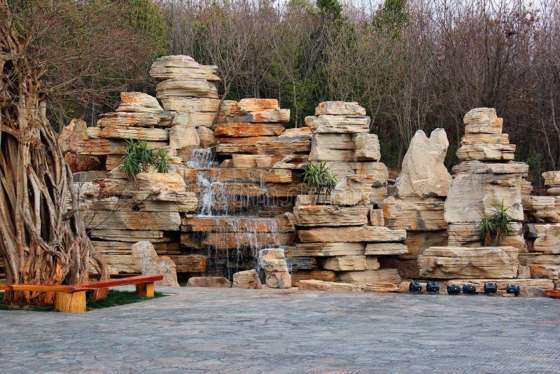 Декоративный фонтан водопада каскада в саде стоковое изображение rf