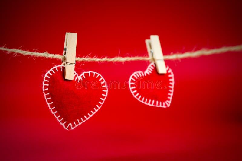 2 декоративных зажимки для белья сердец на веревочке стоковые фотографии rf