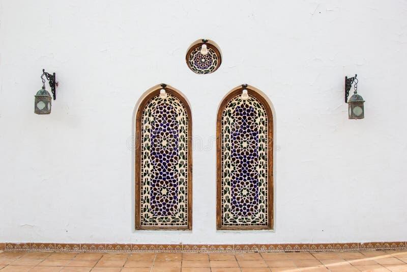 2 декоративных ниши и фонарика на белом здании стоковое фото rf