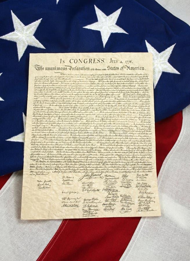 Декларация Независимости на американском флаге, вертикальном стоковое изображение rf