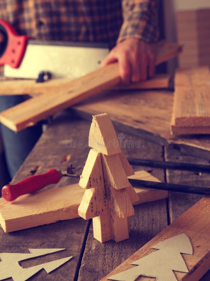 Делать деревянную рождественскую елку стоковые фотографии rf
