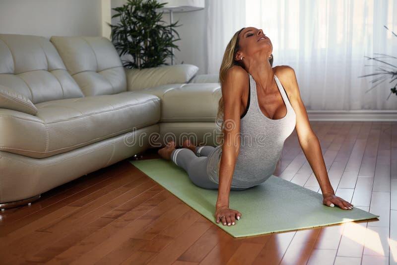 делать детенышей йоги женщины стоковые фотографии rf