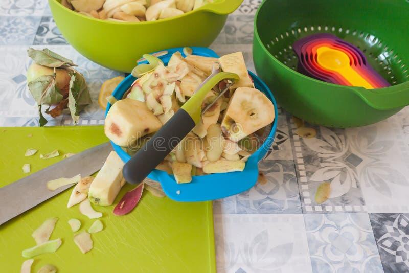 Делать домодельный яблочный пирог с красочными шарами стоковые изображения