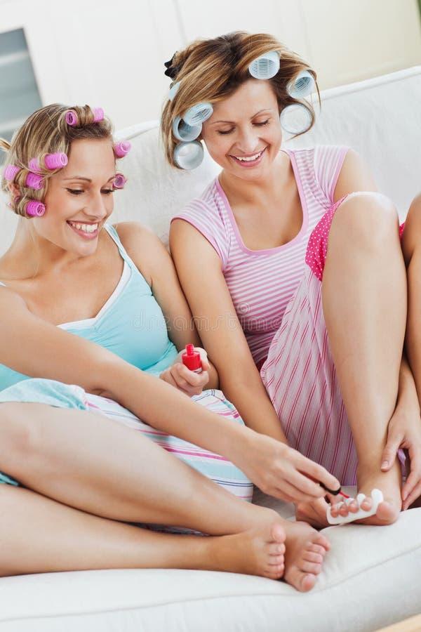 делать женский носить роликов pedicure волос друзей стоковые фотографии rf