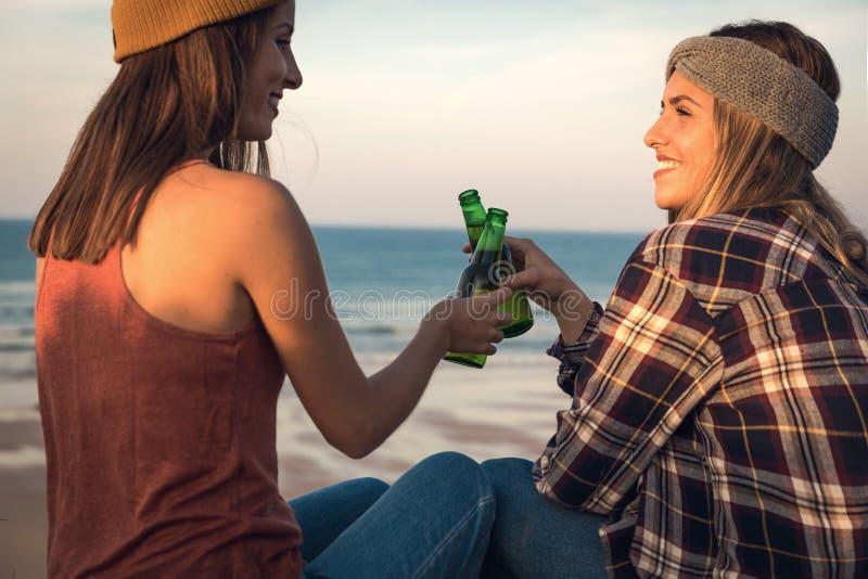 Делать здравицу на пляже стоковая фотография
