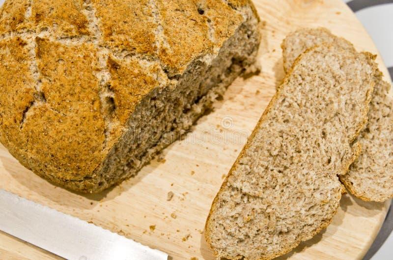 Делать из домодельного круглого хлеба стоковые фотографии rf