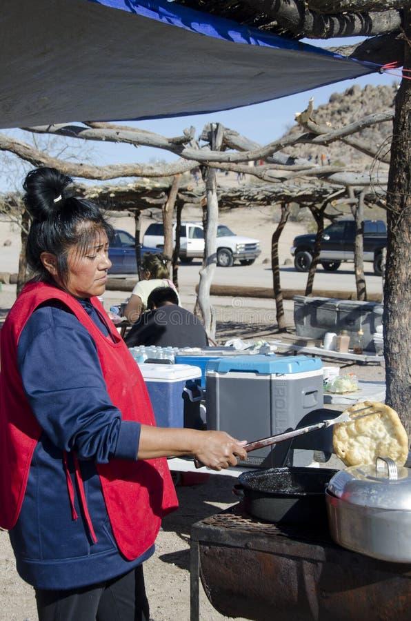Делать индийский хлеб фрая стоковое фото rf