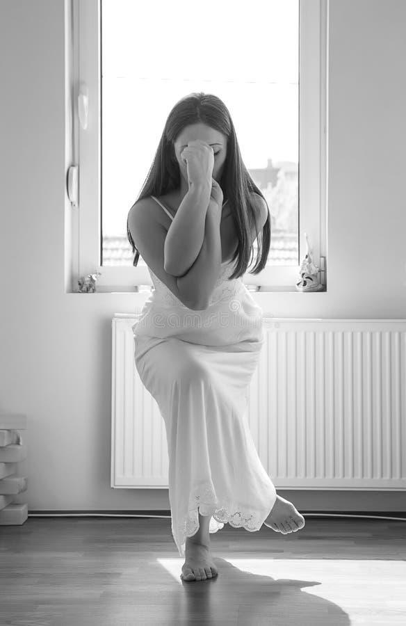 делать йогу девушки стоковое изображение
