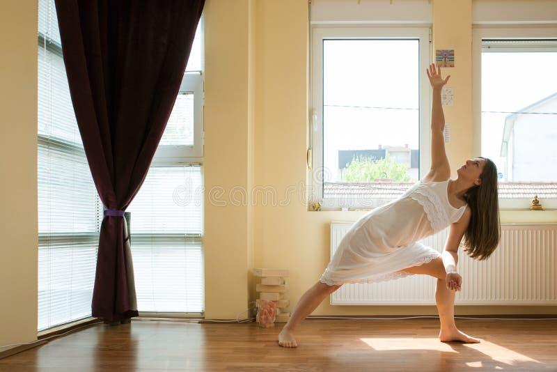делать йогу девушки стоковое фото rf
