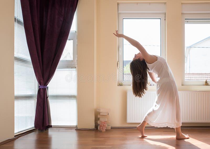 делать йогу девушки стоковые фотографии rf