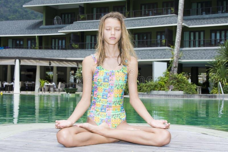 делать йогу девушки стоковое изображение rf