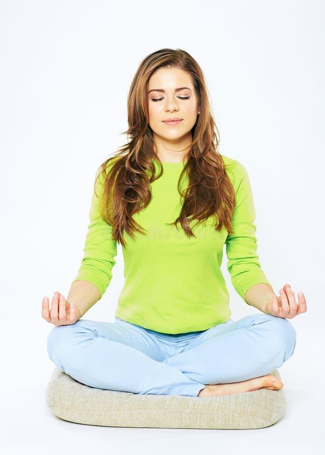 делать йогу женщины Предпосылка студии молодой женщины белая представляя портрет стоковые фото